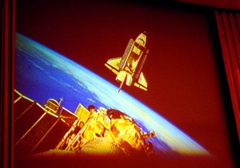 Cближение корабля Дискавери с орбитальной станцией Мир