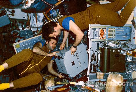 Ю.Романенко и А.Лавейкин на борту станции Мир