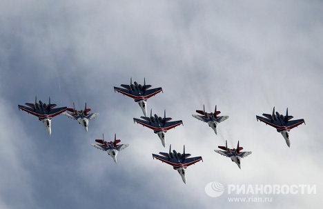 Полет истребителей МиГ-29 и Су-27