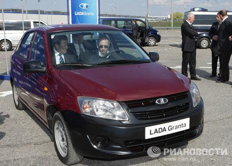 Poutine inspecte l'usine automobile AvtoVAZ