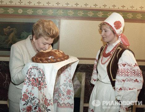 Супруга Президента РФ Ельцина пробует каравай