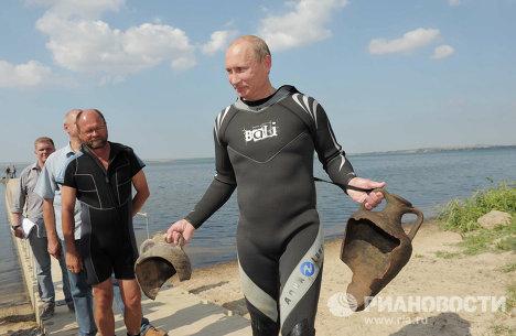 В.Путин погрузился с аквалангом на дно Таманского залива