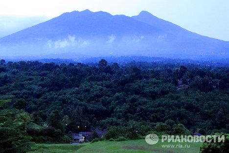 Вулкан Салак, где пропал самолет Superjet-10. Индонезия