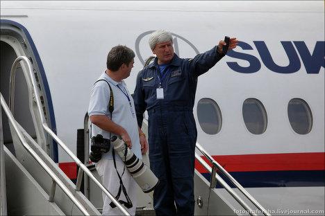 Шеф-пилот Александр Яблонцев (справа) и Сергей Доля перед показательным полетом самолета Superjet-100 в Джакарте