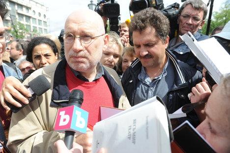 Писатель Борис Акунин отвечает на вопросы журналистов во время акции Контрольная прогулка на Пушкинской площади.
