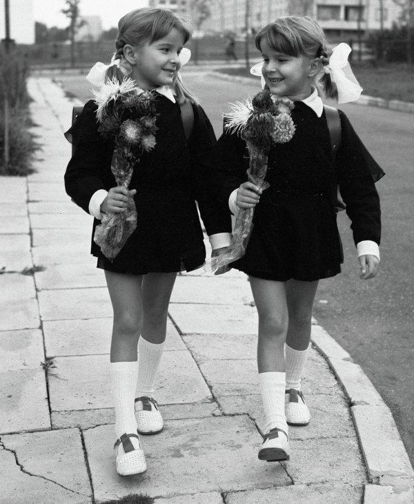 Сёстры-двойняшки идут в школу