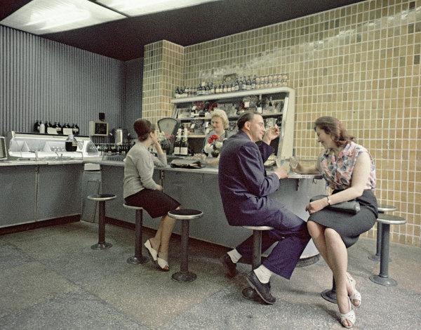 Работники колхоза Большевик отдыхают в баре