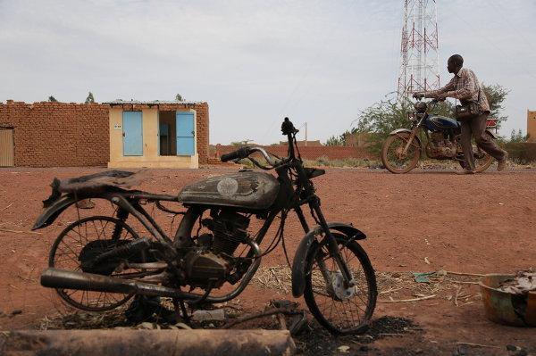 Местный житель в освобожденном от боевиков-исламистов городе Кона