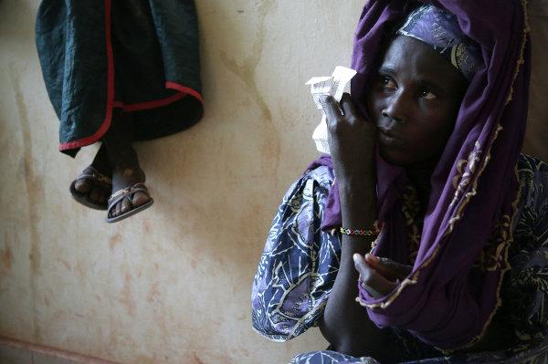 Женщины в центре распределения гуманитарной помощи беженцам