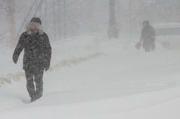 Жители Южно-Сахалинска во время снежного циклона