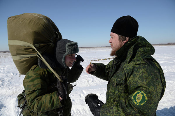 Священнослужитель (справа) во время учебно-тренировочных сборов по воздушно-десантной подготовке военных священников в Рязанской области