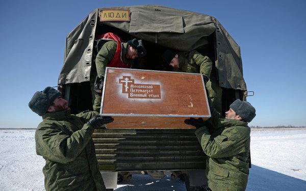 Военнослужащие выгружают мобильный храм во время учебно-тренировочных сборов по воздушно-десантной подготовке военных священников в Рязанской области