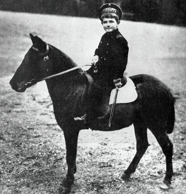 Цесаревич Алексей сидит верхом на пони