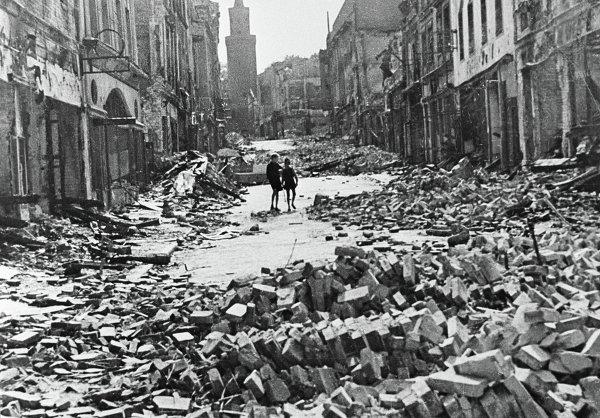 Разрушенные дома на улице Берлина