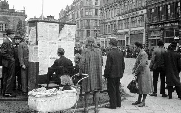 Берлинцы на улицах города в первые дни после окончания войны