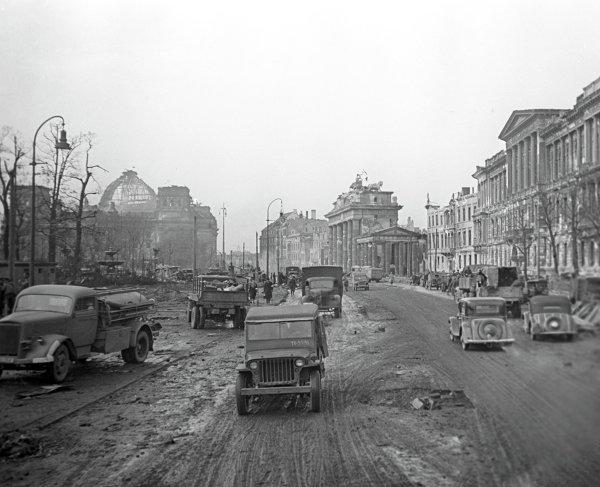 Берлин весной 1945 года. Вдали слева видно здание Рейхстага