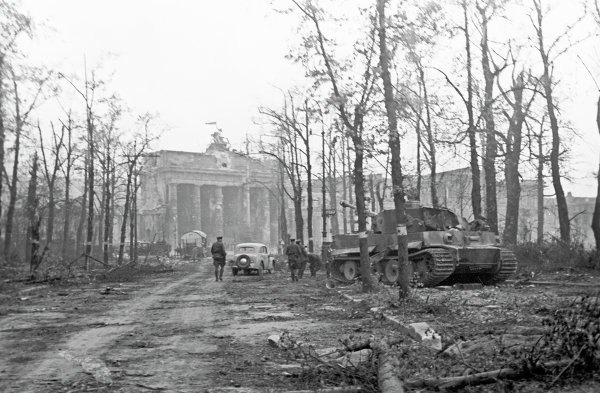 Первые часа после конца боев в районе Бранденбургских ворот