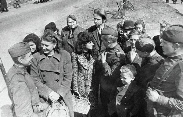 Советские бойцы беседуют с жителями Берлина