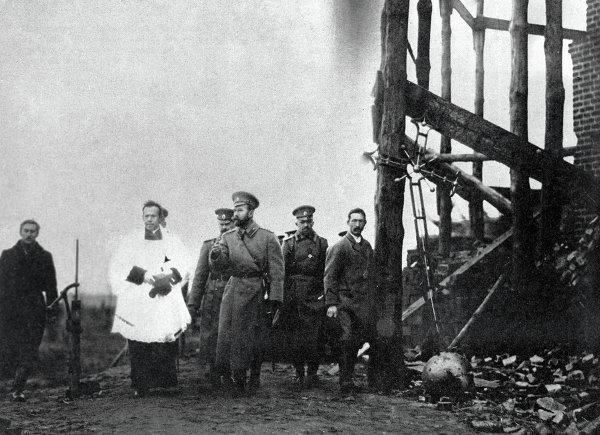 Император Николай II осматривает район боевых действий