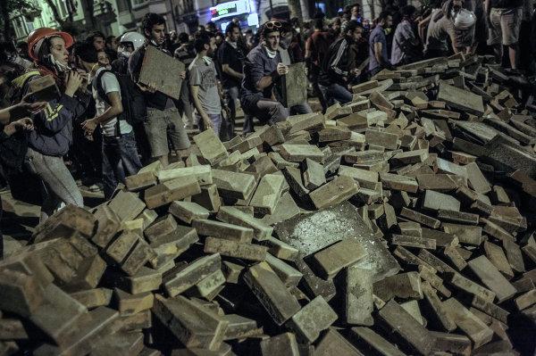 Столкновения протестующих и полиции в ТурцииПротестующие строят баррикады во время столкновения с сотрудниками полиции в Стамбуле