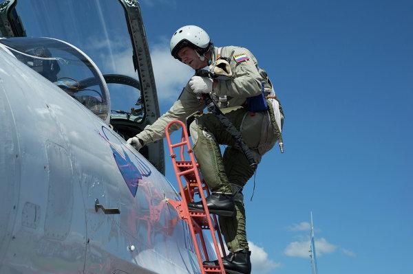 Заместитель командира авиационной группы высшего пилотажа Русские Витязи подполковник А.Богдан после тренировочного полета