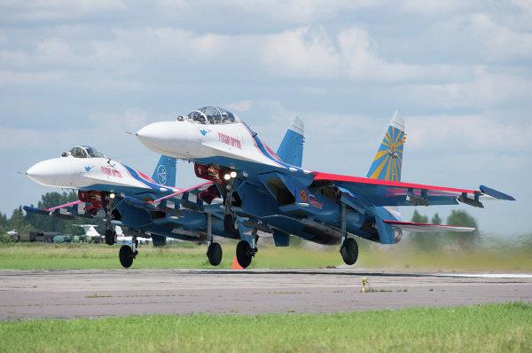 Взлет парой Су-27 АГВП Русские Витязи для отработки тренировочных полетов с аэродрома временного базирования в г.Пушкин