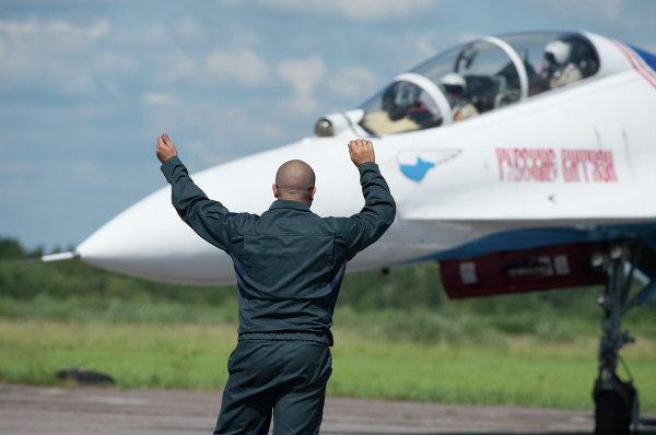 Руление Су-27 (Су-27УБ) АГВП Русские Витязи на стоянку на аэродроме временного базирования в г.Пушкин