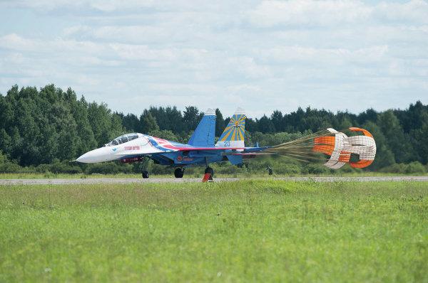 Посадка истребителя Су-27 (Су-27УБ) АГВП Русские Витязи на аэродроме временного базирования в г.Пушкин