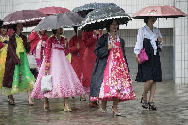 Женщины на улице в центре Пхеньяна