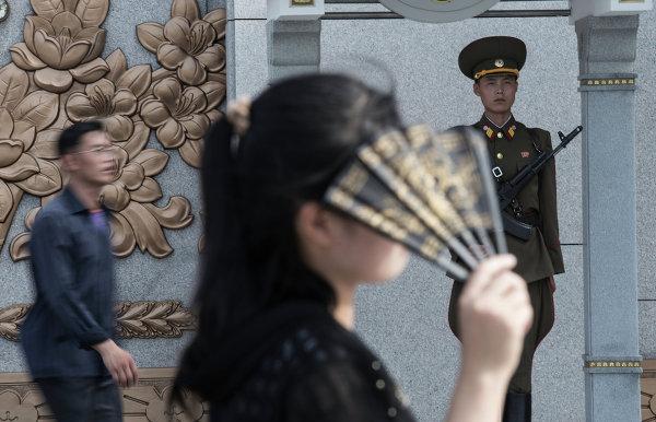 Девушка на площади перед Кымсусанским дворцом Солнца