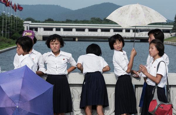 Школьницы на площади перед Кымсусанским дворцом Солнца