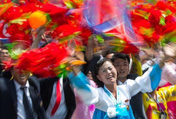 Жители Пхеньяна во время демонстрации, посвященной 60-летию окончания Корейской войны