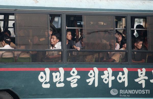 Жители Пхеньяна во время поездки на автобусе