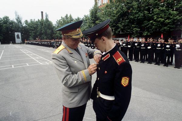 Начальник училища Иван Суменков с выпускником