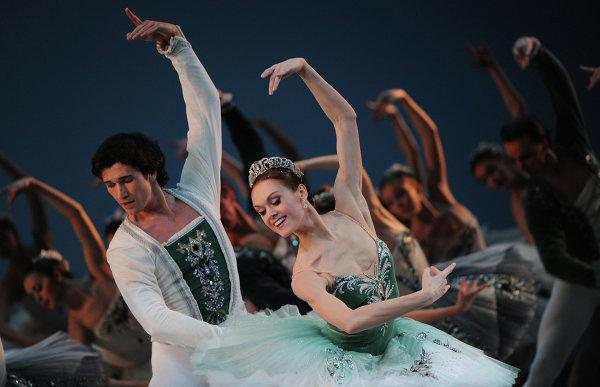 Солисты Мариинского театра Данила Корсунцев и Ульяна Лопаткина в сцене из балета Симфония до мажор