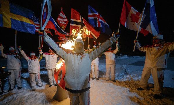 Участники Эстафеты Олимпийского огня на Северном полюсе