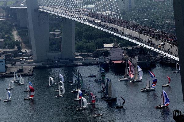 Флэшмоб Я люблю Владивосток на вантовом мосту через бухту Золотой Рог