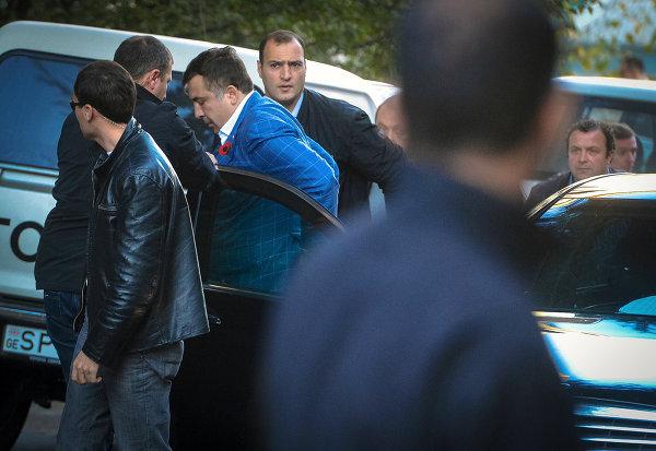 Президент Грузии Михаил Саакашвили (третий слева) выходит из машины перед голосованием на президентских выборах на одном из избирательных участков Тбилиси