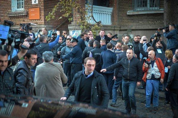 Участники акции протеста у избирательного участка на президентских выборах, где голосовал президент Грузии Михаил Саакашвили