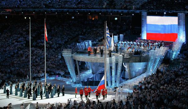 Поднятие флага России - страны будущих ХХII зимних Олимпийских игр - на церемонии закрытия зимней Олимпиады в Ванкувере