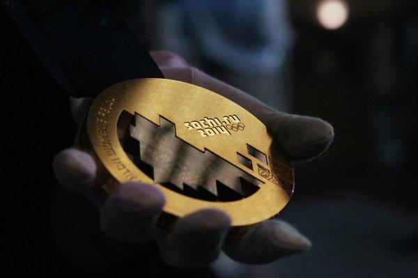 Золотая медаль зимней Олимпиады-2014 на презентации медалей XXII зимних Олимпийских и XI Паралимпийских зимних игр