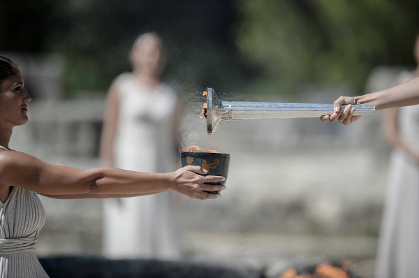 Репетиции зажжения Олимпийского огня в Храме Геры на полуострове Пелопоннес в Греции