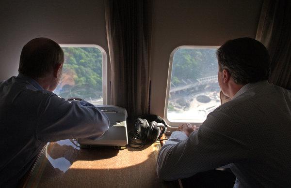 Президент РФ Владимир Путин и премьер-министр Великобритании Дэвид Кэмерон во время осмотра с вертолета Имеретинской долины в Сочи
