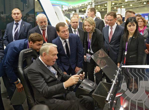 Jean-Marc Ayrault et Dmitri Medvedev lors du forum Innovations ouvertes à Moscou