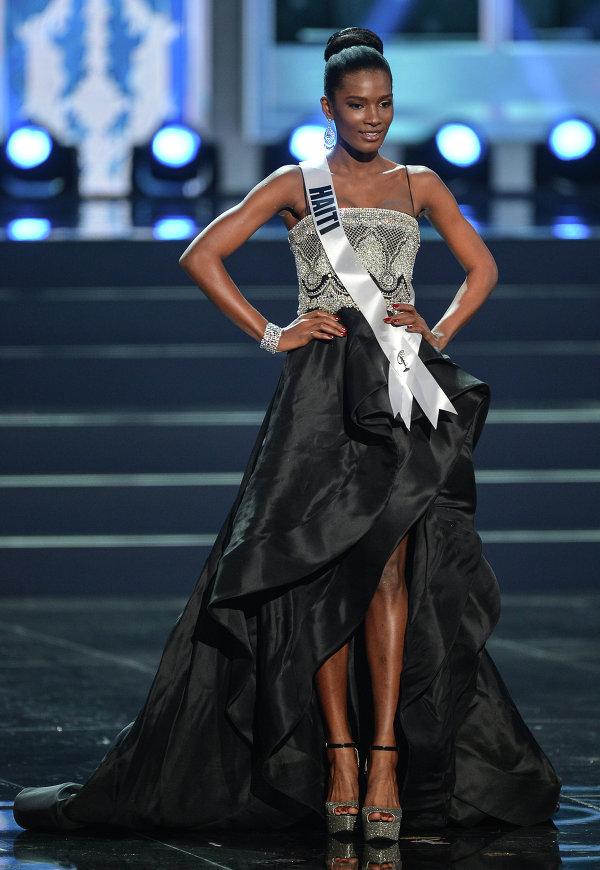 Участница конкурса Мисс Вселенная 2013 с Гаити Мондиана Пьер во время полуфинала