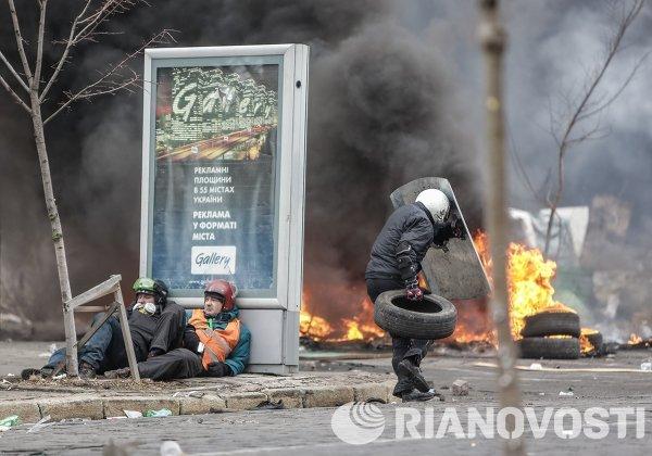 Сторонники оппозиции во время столкновений на улице Институской в Киеве