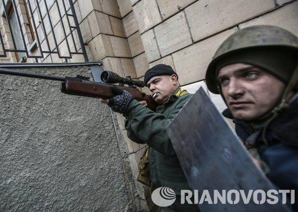Сторонники оппозиции с оружием на площади Независимости в Киеве