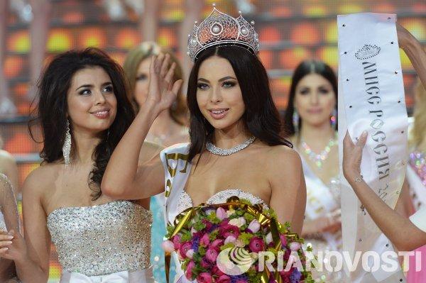 Победительница конкурса Мисс Россия-2013 Эльмира Абдразакова и победительница конкурса Мисс Россия-2014 Юлия Алипова