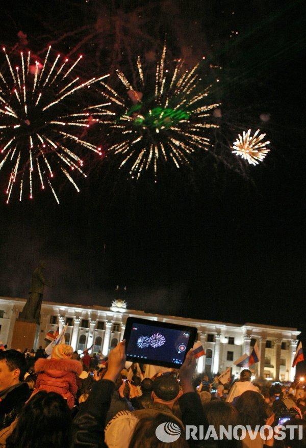 Праздничный салют в Москве, Симферополе и Севастополе в честь присоединения Крыма