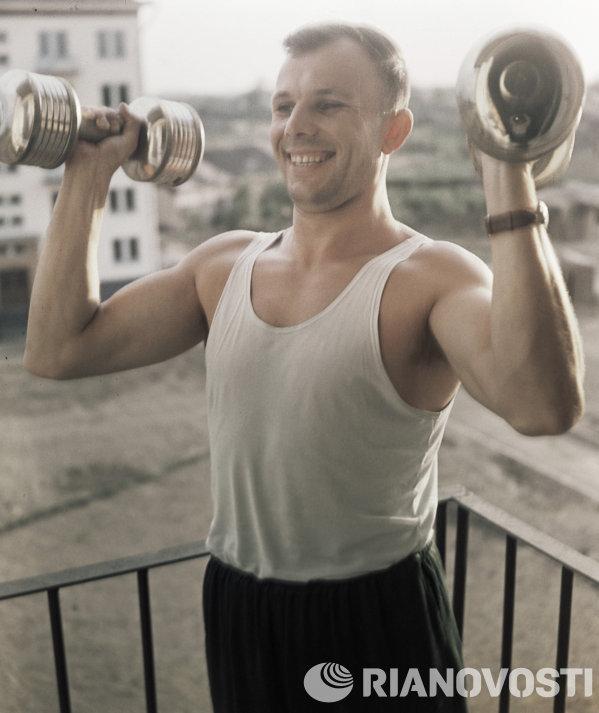 Юрий Гагарин занимается утренней зарядкой
